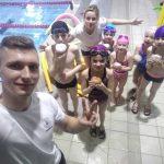 instruktorzy i dzieciaki selfie - szkoła Hanami