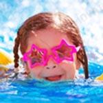 Dziewczynka uczy się pływać