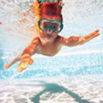 Dziecko uczy się pływać pod wodą