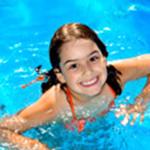 Szczęśliwa dziewczynka podczas nauki pływania