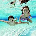 Dzieci uczą się pływac pod wodą na basenie