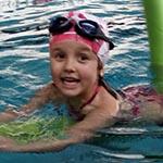 Dziecko nauka pływania na basenie Sardynka