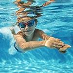 Dziecko pływa strzałką pod wodą