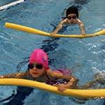 Dzieci podczas nauki pływania na basenie Sardynka Szkoła pływania Bydgoszcz Hanami